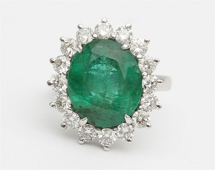 Emerald and diamond ring. 18 krt white gold set with emerald, 8