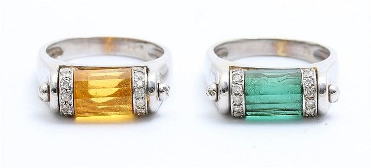 Pair of gem set rings. White gold, 14 krt. Citrine and green