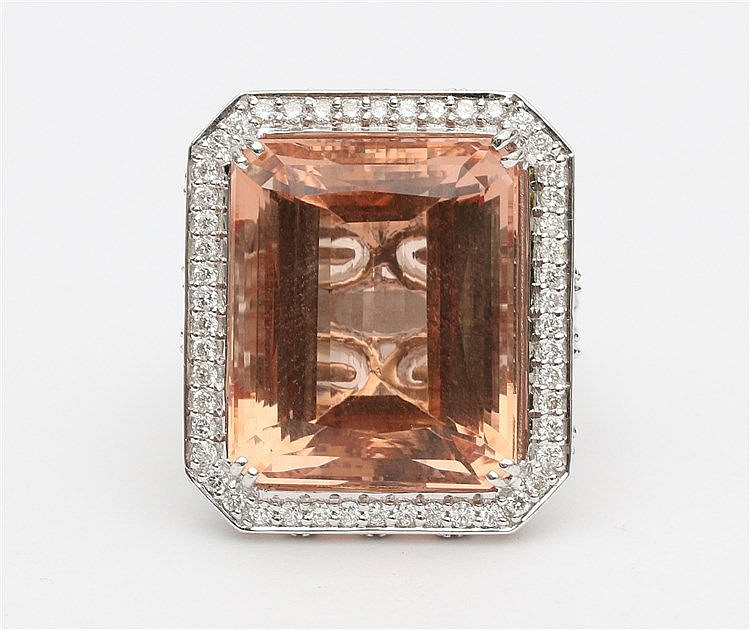 Gem set cocktail ring. 18 krt white gold, set with Morganite,