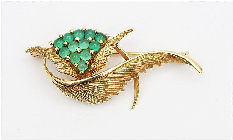 Gold brooch, set with chrysoprase. Breedte 51 mm.