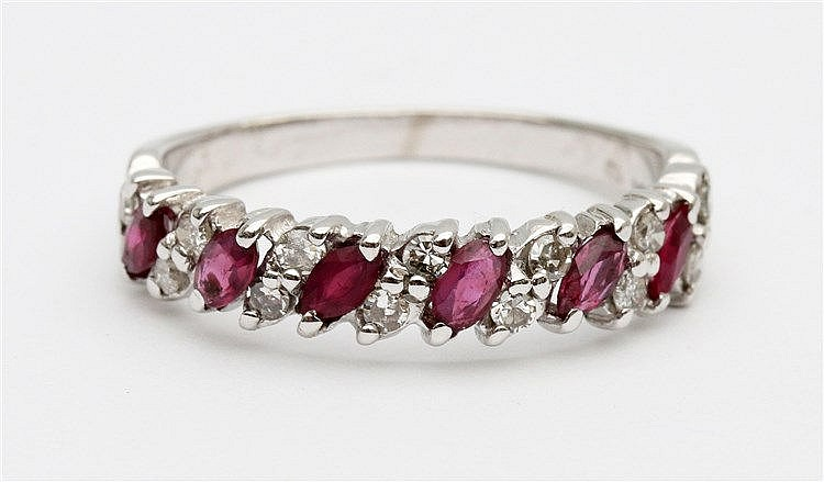 Ruby and diamond set 14 krt white gold ring. Ringmaat 18,5.