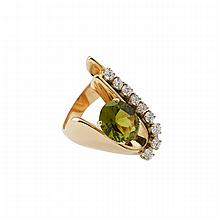 14k Yellow Gold Ring, set with an oval cut peridot (approx. 4.60ct.) and 9 brilliant cut diamonds (approx. 0.95ct.t.w.)