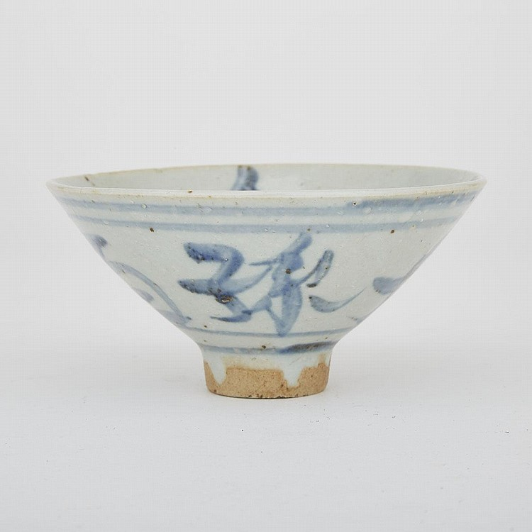 A Blue and White Chinese Export 'Longevity' Bowl, 19th Century, diameter 12.2