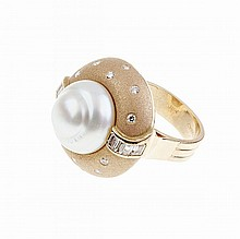 18k Yellow Gold Ring, bezel set with a baroque pearl and decorated with 8 baguette cut and 12 brilliant cut diamonds (approx. 0.75ct.t.w.)