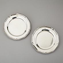 Pair of George III Silver Dinner Plates, Andrew Fogelberg & Stephen Gilbert, London, 1792, diameter 9.6