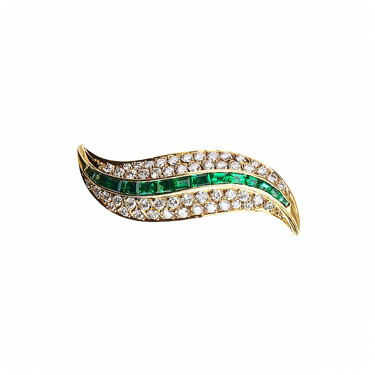 18k Yellow Gold Leaf Brooch set with 52 brilliant cut diamonds (approx. 0.70ct.t.w.) and 14 baguette cut emeralds (approx. 0.45ct.t.w.), 5.0 grams