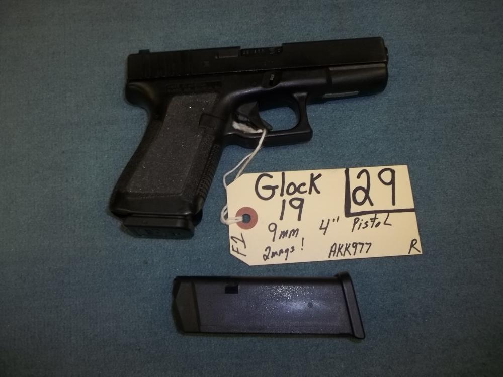 Glock 19, 9mm, 3 mags., AKK977 Reg. Req.