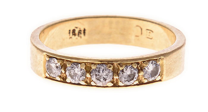 A DIAMOND RING set to the centre with five round brilliant-cut diamonds wei