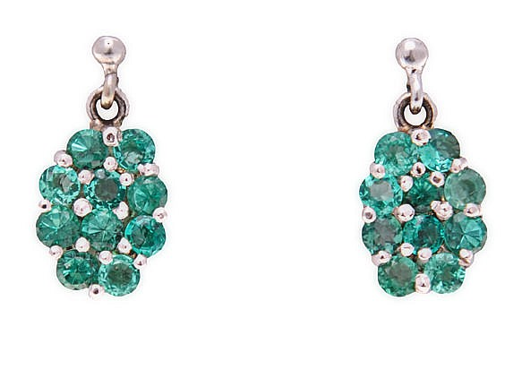 A PAIR OF DIAMOND AND EMERALD EARRINGS each surmount claw-set with a round-