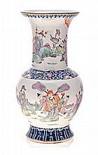 A CHINESE FAMILLE ROSE VASE, EARLY 20TH CENTURY pa