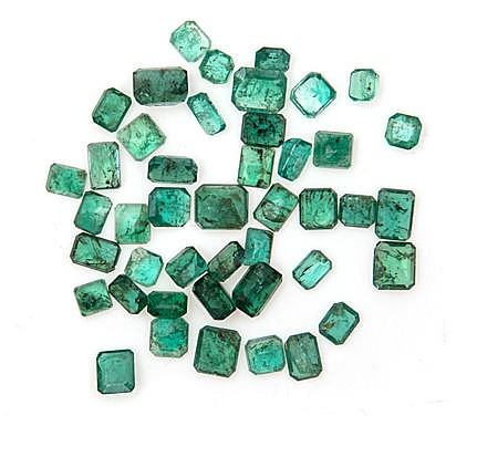 A MISCELLANEOUS COLLECTION OF SQUARE–CUT EMERALDS various sizes, weighing a