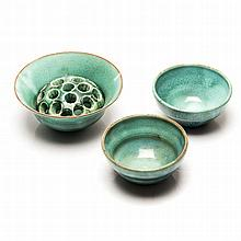 A GROUP OF LINNWARE POTTERY ITEMS, 1940's comprising: a flower bowl and oas