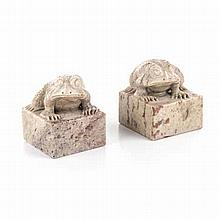 A PAIR OF CHINESE HARDSTONE TOAD SEALS each square seal surmounted with a t