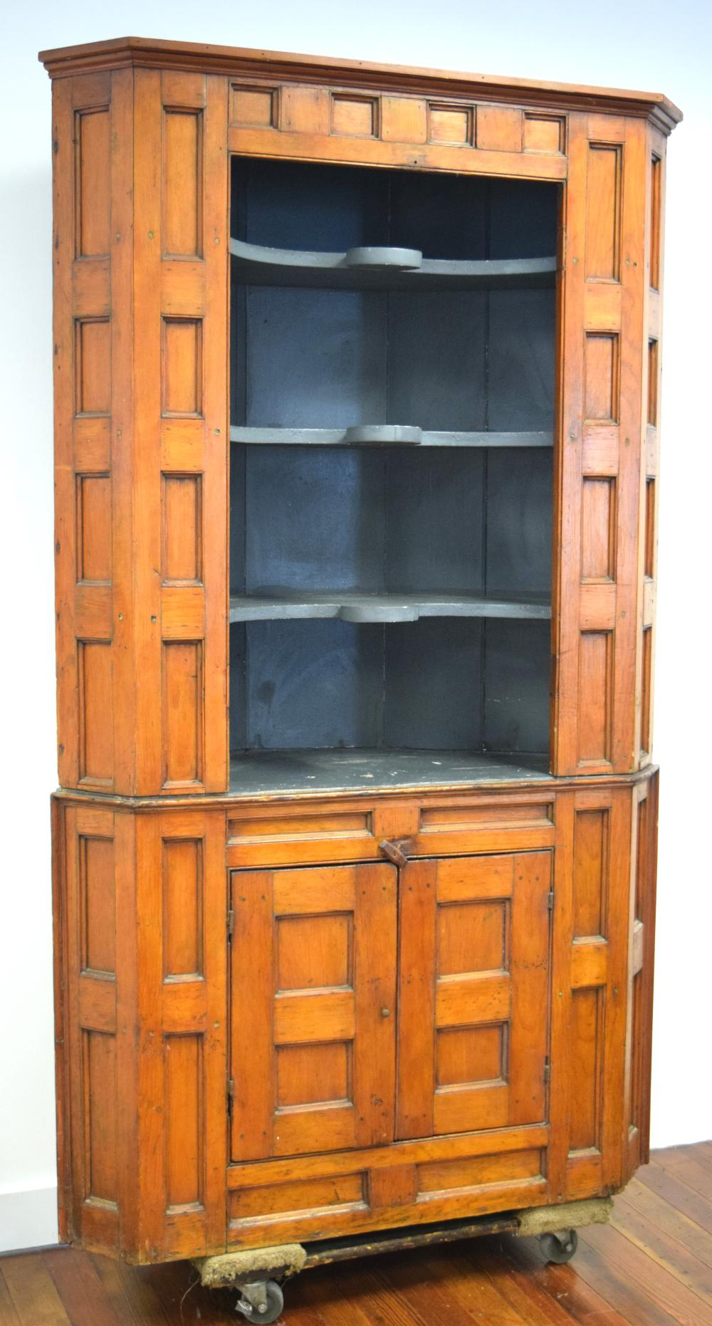 LATE 18TH/EARLY 19TH C PINE OPEN CORNER CUPBOARD: