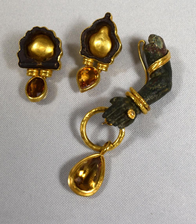 UNUSUAL HAND MADE LEBANESE NADA LA CAVALIERE JEWELER BRONZE & 18KT GOLD BROOCH & EARRINGS: