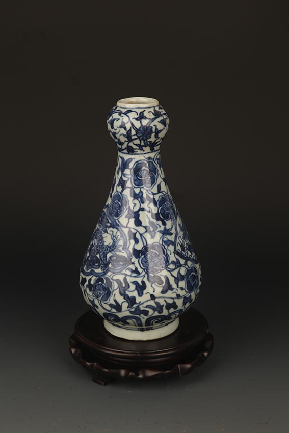A FINE BLUE AND WHITE GARLIC HEAD PORCELAIN JAR