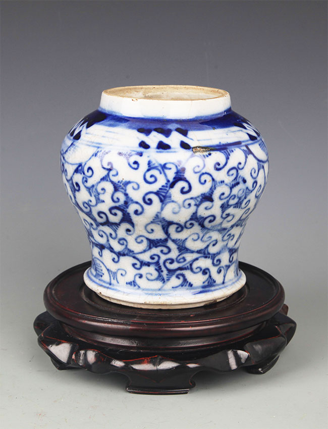 A SMALL BLUE AND WHITE PORCELAIN JAR