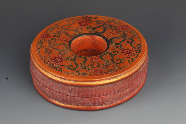 A ROUND GILT LACQUERED COURT NECKLACE BOX