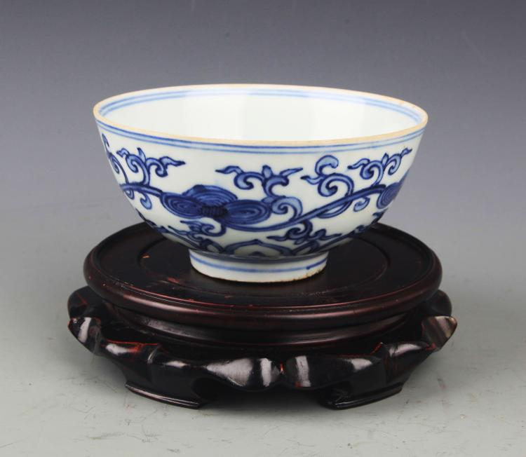 A FINE BLUE AND WHITE PORCELAIN BOWL