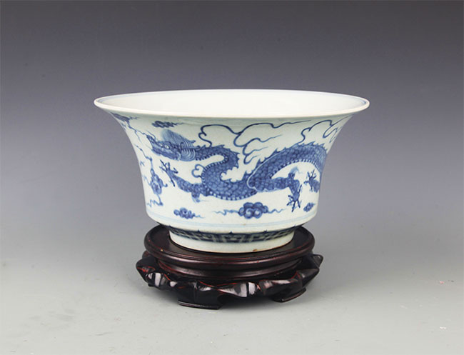 A LARGE BLUE AND WHITE COLOR PORCELAIN POT