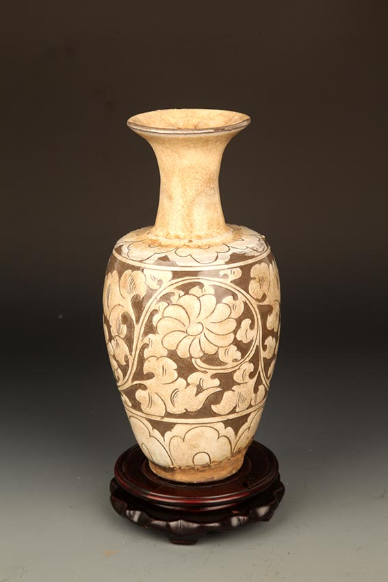 A FINE FLOWER CARVING PORCELAIN BOTTLE