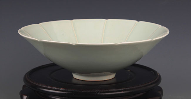 A LIGHT GREEN COLOR GLAZED BOWL