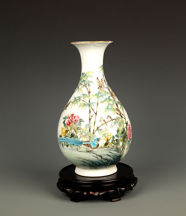 A FAMILLE-ROSE PORCELAIN BOTTLE