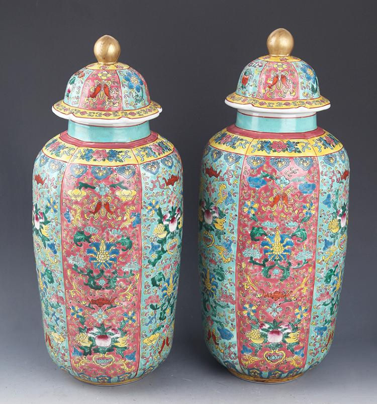 A PAIR OF FAMILLE-VERTE PORCELAIN JAR WITH COVER