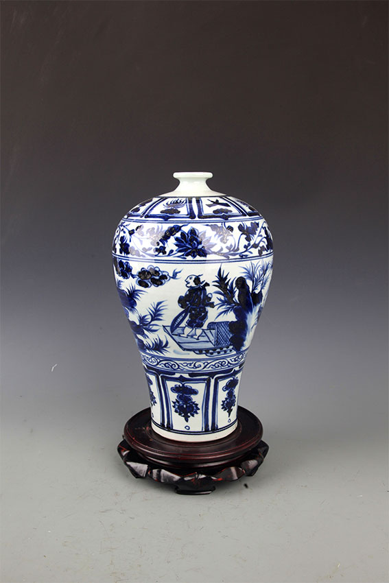 A LARGE TALL BLUE AND WHITE PORCELAIN MEI BOTTLE