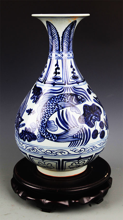 A BLUE AND WHITE PORCELAIN YU HU CHUN BOTTLE