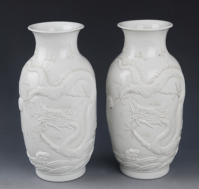 A PAIR OF DRAGON CARVING PORCELAIN JAR