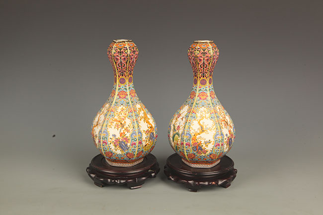 PAIR OF FAMILLE-ROSE PORCELAIN VASE