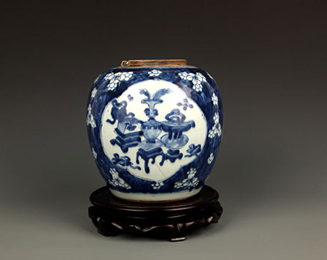 A FINE BLUE AND WHITE PORCELAIN JAR