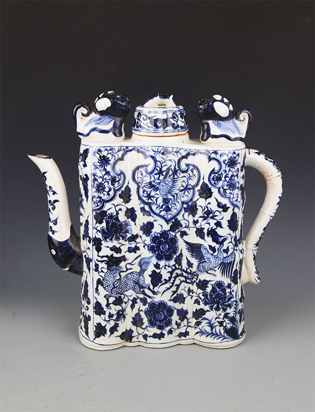 A LARGE BLUE AND WHITE COLOR PORCELAIN TEAPOT