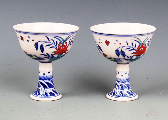 A PAIR OF HIGH FOOT FAMILLE-ROSE CUP