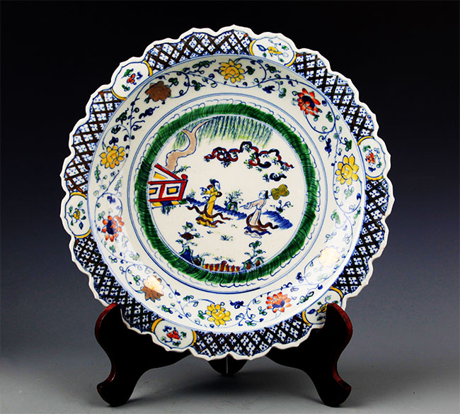 A FINE DOUCAI FINELY PAINTED PORCELAIN PLATE