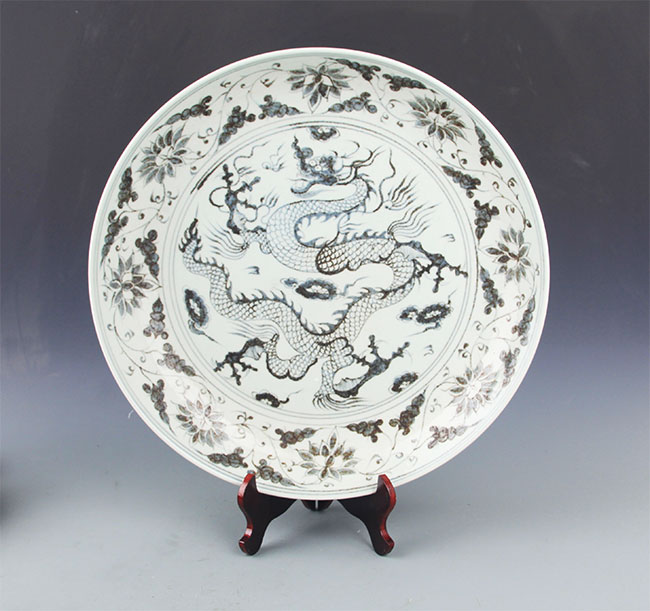 A BLUE AND WHITE DRAGON PAINTED PORCELAIN PLATE