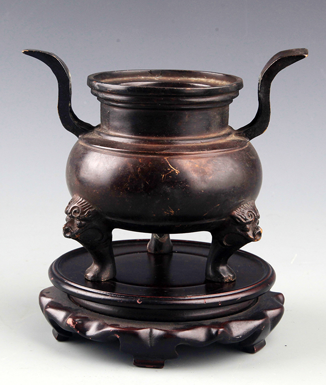 A DOUBLE HANDLE BRONZE CENSER