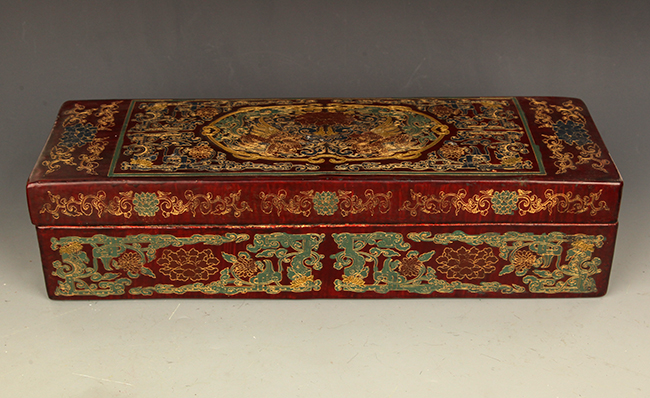 A FINELY CARVED GILT LACQUERED WOOD BOX