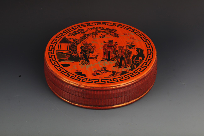 A FINE CHINESE LACQUER PAINTED WOODEN BOX