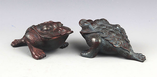 A PAIR OF CHINESE GOLDEN TOAD FIGURE