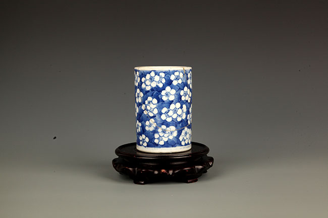 A FINE BLUE AND WHITE PORCELAIN BRUSH HOLDER