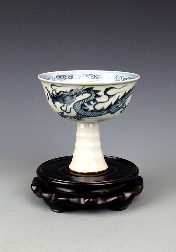 A HIGH FOOT BLUE AND WHITE PORCELAIN CUP