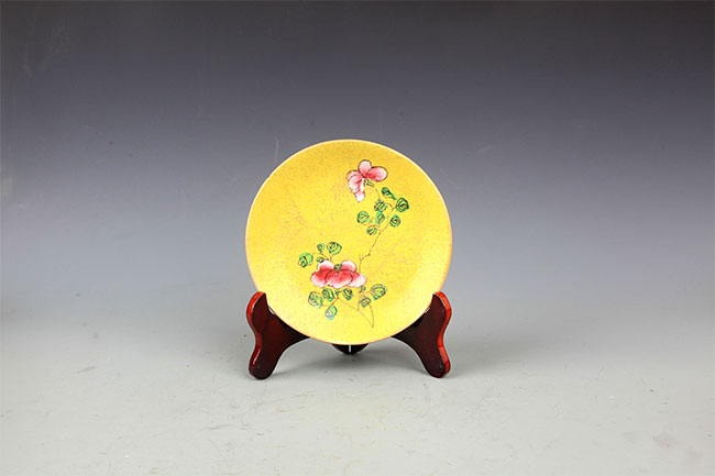 A YELLOW GROUND FAMILLE-ROSE PORCELAIN PLATE