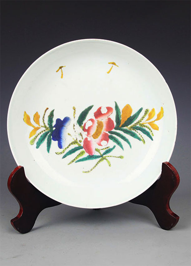 A FINE FLOWER PAINTED FAMILLE-ROSE PORCELAIN PLATE