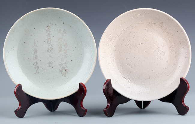 PAIR OF BLUE, WHITE COLOR PORCELAIN PLATE