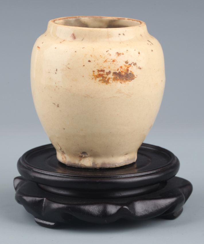 A SMALL WHITE COLOR GLAZED PORCELAIN JAR