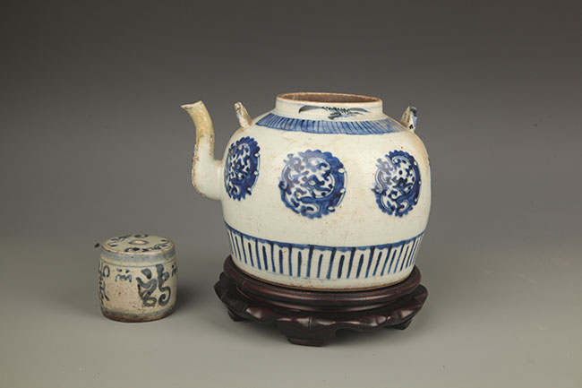 A FINE BLUE AND WHITE PORCELAIN TEAPOT AND CUP