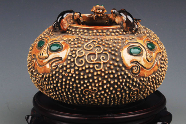 A ROUND GOLD COLOR PORCELAIN WATER JAR