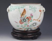 A COLORFUL PAINTED PORCELAIN ROUND JAR